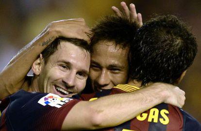 Messi, Neymar y Cesc se abrazan tras uno de los goles.