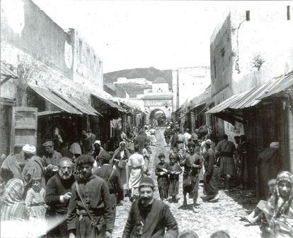 Calle de población mayoritariamente judía, fotografiada de mediados del siglo XIX, ubicada en el archivo provincial de Cádiz.