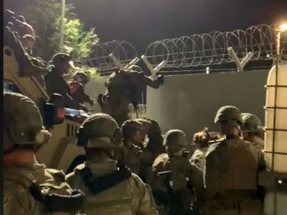 En vídeo, un momento de tensión en el aeropuerto internacional de Kabul, donde militares españoles trabajan día y noche para evacuar a sus colaboradores.