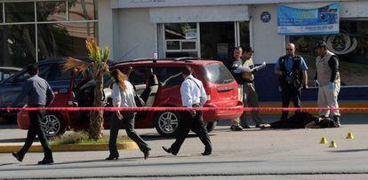 El cuerpo de una mujer yace en el piso en un hecho ocurrido en 2012.
