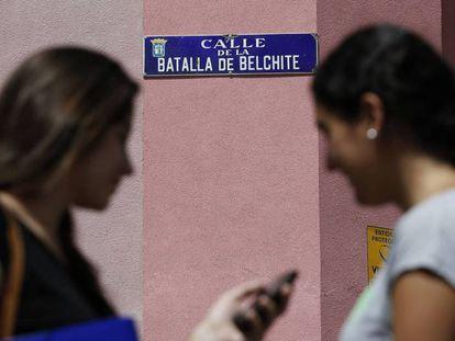 Dos mujeres, en la calle de la Batalla de Belchite, en Madrid.