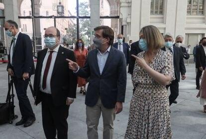 Miquel Iceta, Marta Rivera y José Luis Martínez-Almeida conversan en la entrada del Auditorio del Ayuntamiento de Madrid.