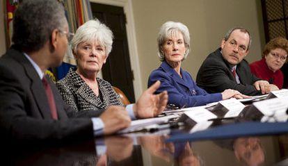 La secretaria de Salud de EEUU, Kathleen Sebelius (c) participa hoy en una reunión con representantes del sector de seguros médicos en la Casa Blanca
