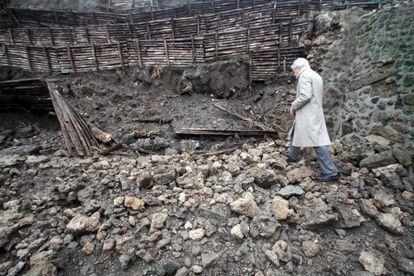 Un experto observa un derrumbe en Pompeya en 2010.