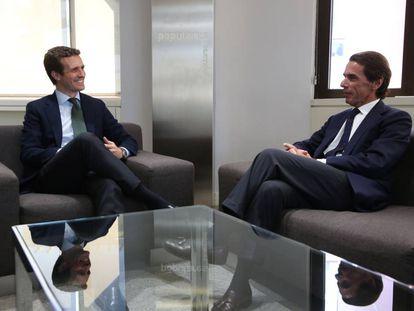 Casado y Aznar, durante su reunión de hoy en Génova.
