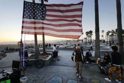 Una bandera de EE UU en el parque de la playa de Venice, Los Ángeles, cerrado por la pandemia, el viernes.