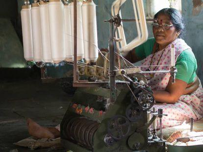 Hilanderas trabajan a las afueras de Wardha, India. La Fundación NAAM ofrece máquinas de hilar para las mujeres de la región, de manera que puedan ganar su sustento mediante la producción y venta de algodón local.