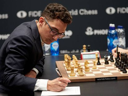 Caruana, ante Carlsen.