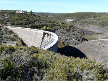 Estado actual del embalse de Villagatón (León), con su presa de hormigón de 39 metros de altura.