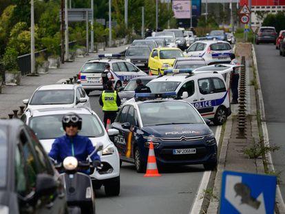 Una decena de coches policiales franceses y españoles criban el puente de Santiago entre Irún y Hendaya.