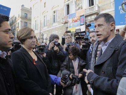 Ferran Pujol, de Barcelona Checkpoint, con Colau.
