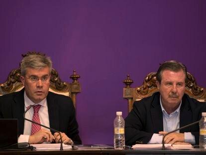 El alcalde de Jaén, José Enrique Fernández de Moya, a la izquierda, y Miguel Ángel García Anguita, en un pleno de Ayuntamiento en 2014.