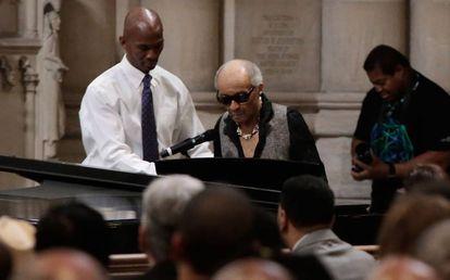 Cecil Taylor al piano en el funeral de Ornette Coleman en 2015 en Nueva York..