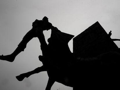 Silueta del Monumento al Yiyo, obra de Luis Sanguino, en la madrileña Plaza de Las Venta, el pasado 15 de mayo.