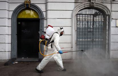 Un sanitario desinfecta las calles de Ciudad de México.