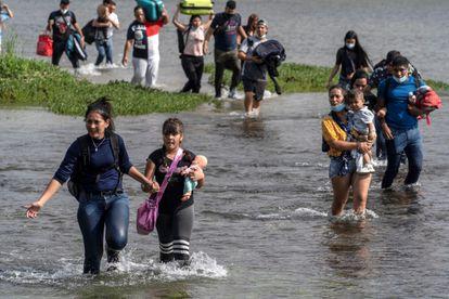 Familias venezolanas cruzaron el Río Grande el 26 de mayo.