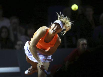 Sharapova sirve durante el partido contra Vinci en Stuttgart.