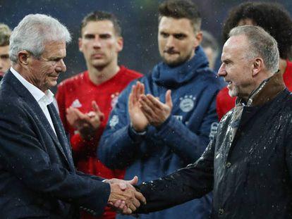 Rummenigge estrecha la mano de Hopp (derecha) solidarizándose con él.