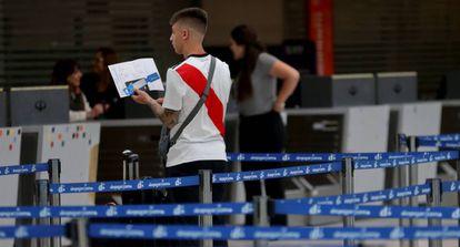 Un aficionado del River Plate en el Aeropuerto Internacional de Ezeiza para viajar a Madrid.