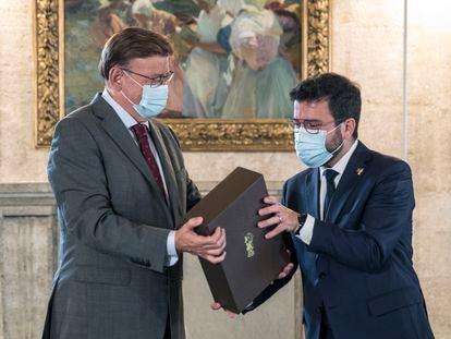 El president de la Generalitat Valenciana, Ximo Puig (i), y su homólogo catalán, Pere Aragonés, este miércoles en Valencia.