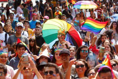 Integrantes y simpatizantes de la comunidad LGBTI, durante la marcha del Guadalajada Pride para recordar el 50 aniversario de los disturbios de Stonewall, en Guadalajara, Jalisco (México).