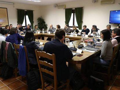 En foto, reunión del Gobierno, este sábado, en Quintos de Mora (Toledo). En vídeo, resumen de la jornada de convivencia de los miembros del Gobierno.