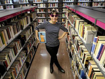 La cantante Kikí d'Akí posa con un cómic de Kiki de Montparnasse en la biblioteca pública donde trabaja en Madrid.