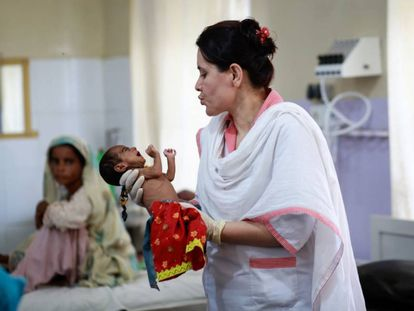 Un recién nacido en el hospital de Dera Murad Jamali (Pakistán).