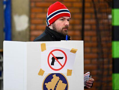 Un joven ejerce su derecho al voto en Prístina, este domingo.