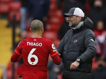 Juergen Klopp saluda a Thiago, tras el partido entre el Liverpool y el Crystal Palace.