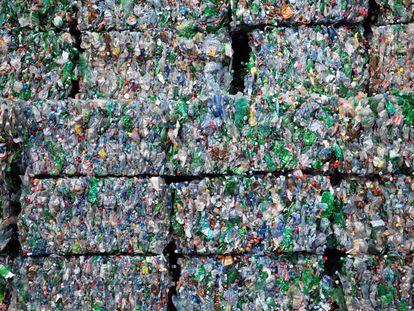 Envases de plástico en una planta de reciclaje en Bilten (Suiza).