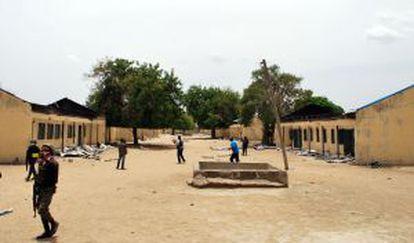 Varios policías recorren el jueves la escuela de Chibok asaltada el 14 de abril por Boko Haram.