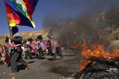 Un grupo de manifestantes indígenas marcha hacia La Paz.