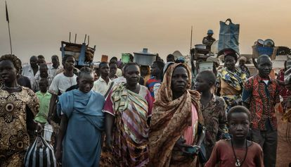 Las puertas del campo de refugiados de la Misión de Naciones Unidas en Sudán del Sur (UNMISS, por sus siglas en inglés) en Wau se abren al amanecer y se vuelven a cerrar al anochecer. Miles de personas refugiadas en él desde hace años intentan seguir con sus ocupaciones normales.