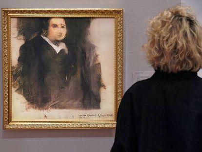 Una mujer ante 'Portrait d'Édouard Belamy', creado por un algoritmo, en la sala Christie's de Nueva York.