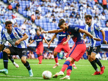 Carrasco dispara ante Cabrera en un instante del partido en Cornellà.