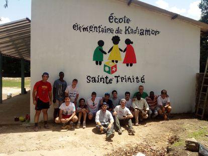 Luis Sancho y otros voluntarios en una de las escuelas que construyeron en Senegambia.