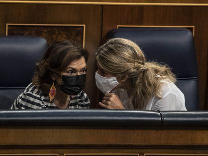 Las vicepresidentas Carmen Calvo (izquierda) y Yolanda Díaz, durante la sesión de control al Gobierno este miércoles.