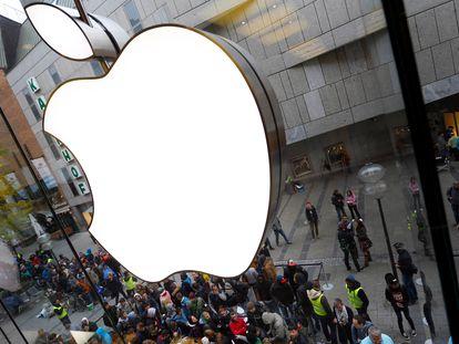 Clientes en una tienda de Apple en Múnich (Alemania).