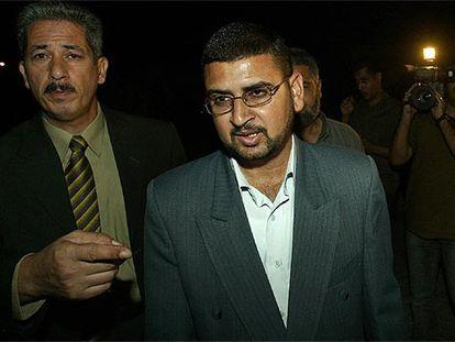 El portavoz de Hamás, Sami Abu Zuhre (derecha), a su llegada a la reunión con Mahmud Abbas, el líder de la OLP.