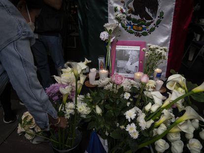 Una mujer deposita una flor en un altar en homenaje a Baptiste Lormand en su restaurante en Polanco, Ciudad de México, este lunes.