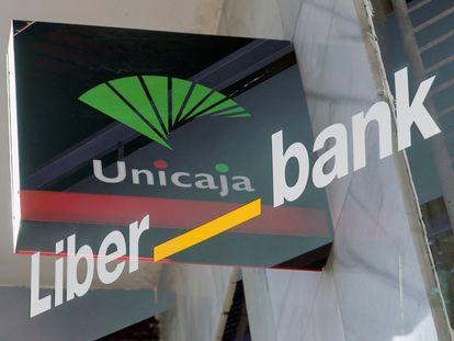 Los logotipos de las entidades Unicaja y Liberbank.