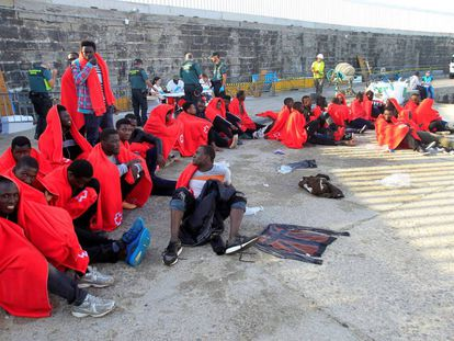 Un grupo de inmigrantes después de ser trasladados este viernes al puerto de Tarifa (Cádiz).