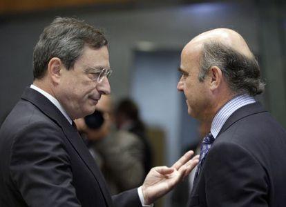 Mario Draghi, presidente del BCE, junto a Luis de Guindos, ministro de Economía español, en una imagen de 2012.