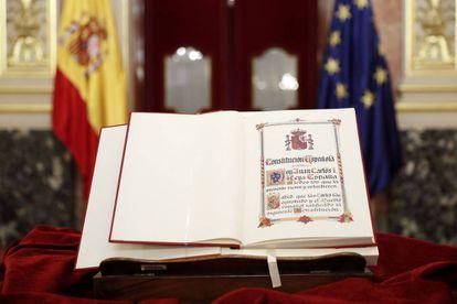 Detalle de un ejemplar de la Constitución expuesto durante el acto de constitución del Consejo Asesor para la conmemoración del 40 Aniversario de la Constitución, en el Congreso.