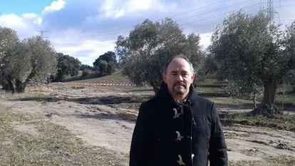 Pedro Dorado, alcalde de Villamanta, en los terrenos donde se ha encontrado un yacimiento romano tapado por la Comunidad.