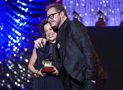 Los mexicanos Natalia Lafourcade y Leonel García, que triunfaron en los Latin Grammy de 2015.