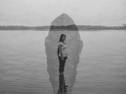 Comunidad de Cashibo, Ucayali, Perú. Sanken-Runa (40) es una mujer indígena shipibo-konibo en la orilla de un lago. Su padre le enseñó a usar las plantas para mitigar dolencias. Los recuerdos que tiene de él son como una base de datos que consulta cuando quiere saber sobre una receta.