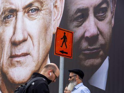 Benny Gantz (izquierda) y Benjamín Netanyahu, en un cartel de la campaña electoral de marzo.
