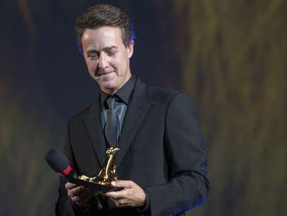 Edward Norton con el premio a toda su carrera que recibió en la noche de apertura del Festival de Cine de Locarno (Suiza) el 5 de agosto.